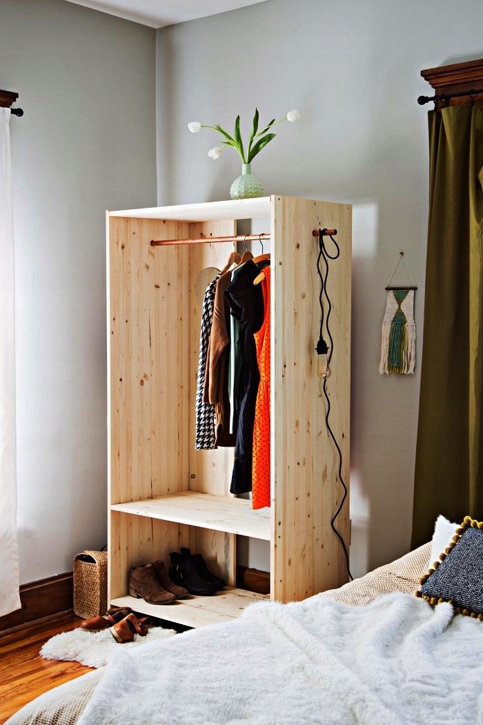 modèle d'armoire ouverte en pin à fabriquer soi même, fabriquer un caisson dressing en bois ouvert avec barre de penderie en cuivre et des étagères pour chaussures