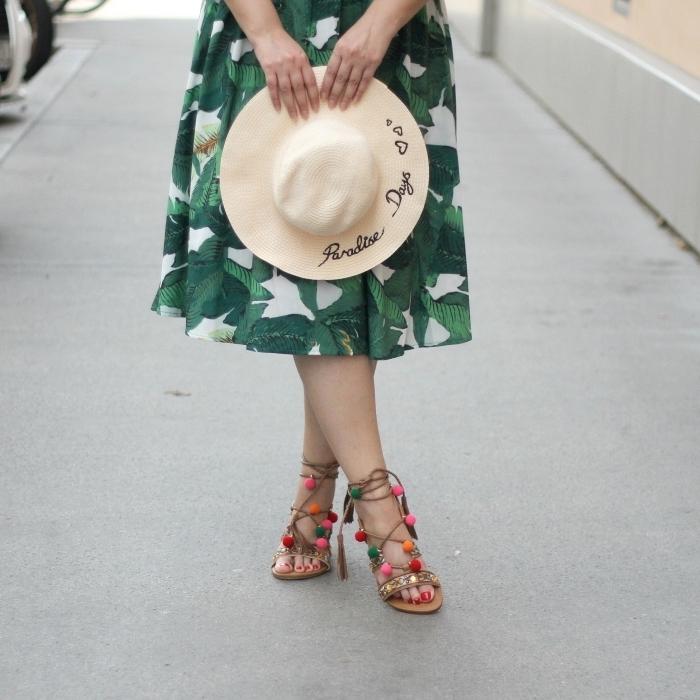accessoires mode été femme, chapeau de soleil brodé, modèle de sandales à talons customisées avec pompons