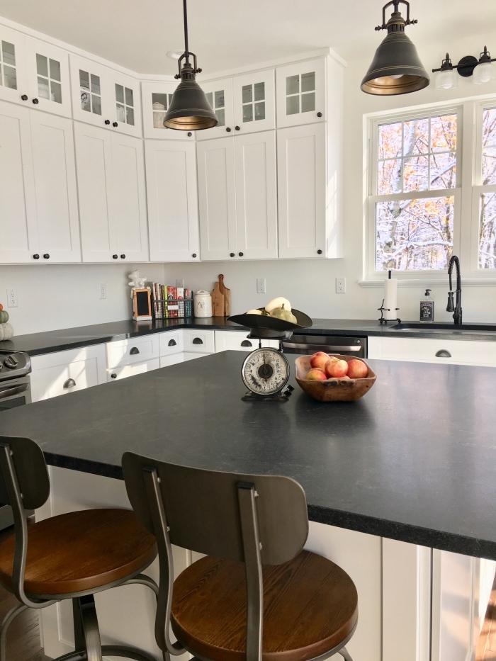 modèle de cuisine blanche avec plan de travail noir, décoration cuisine traditionnelle en blanc et noir mat avec accents bois foncé
