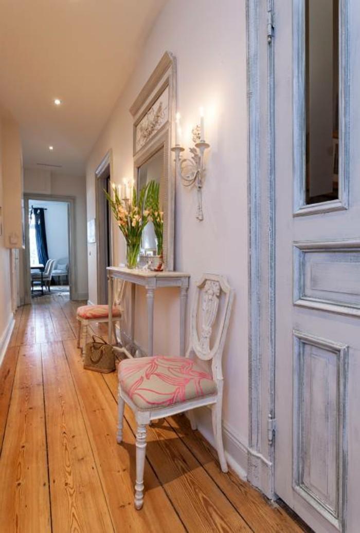 Blanches murs, shabby chic meubles et miroir, comment décorer un couloir étroit, cool idée design simple