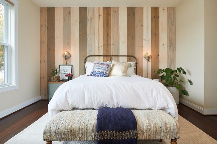 décoration petite chambre à coucher, idée revetement mural bois en planches différentes couleurs, design chambre minimaliste