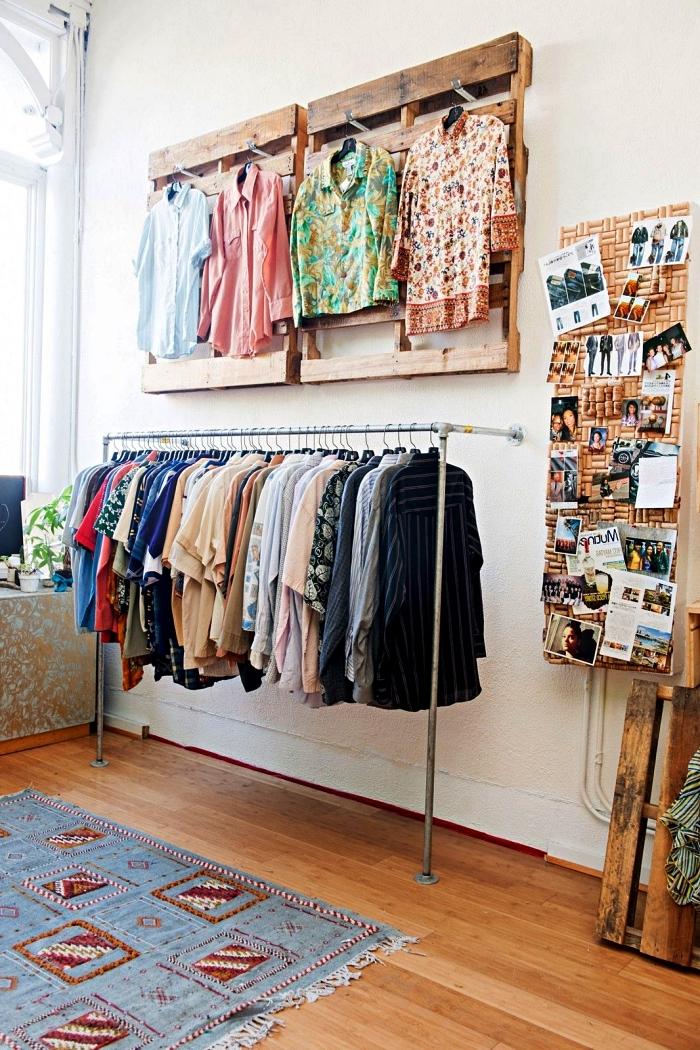 créer son dressing avec des matériaux récup, coin dressing avec penderies en tubes de plomberie et en palettes recyclées