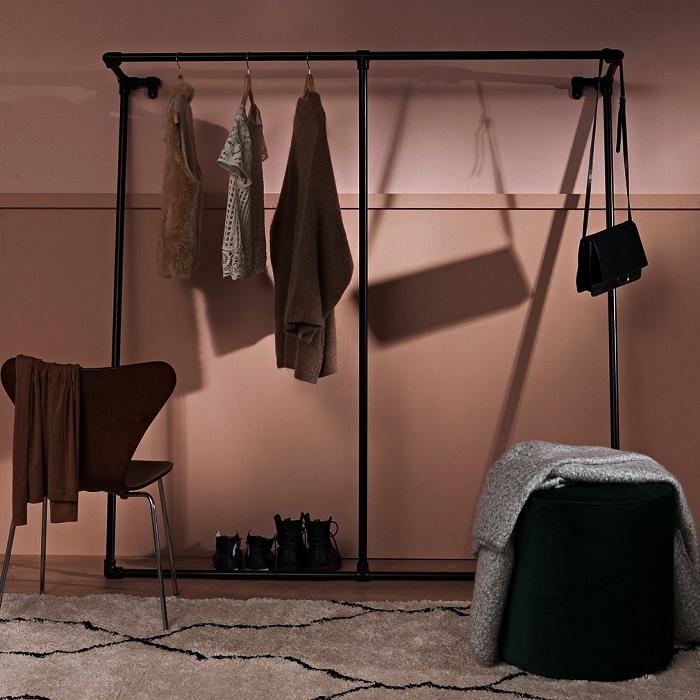 aménager un dressing minimaliste avec une penderie industrielle en tubes de plomberie acier noir, idée pour un dressing a faire soi meme