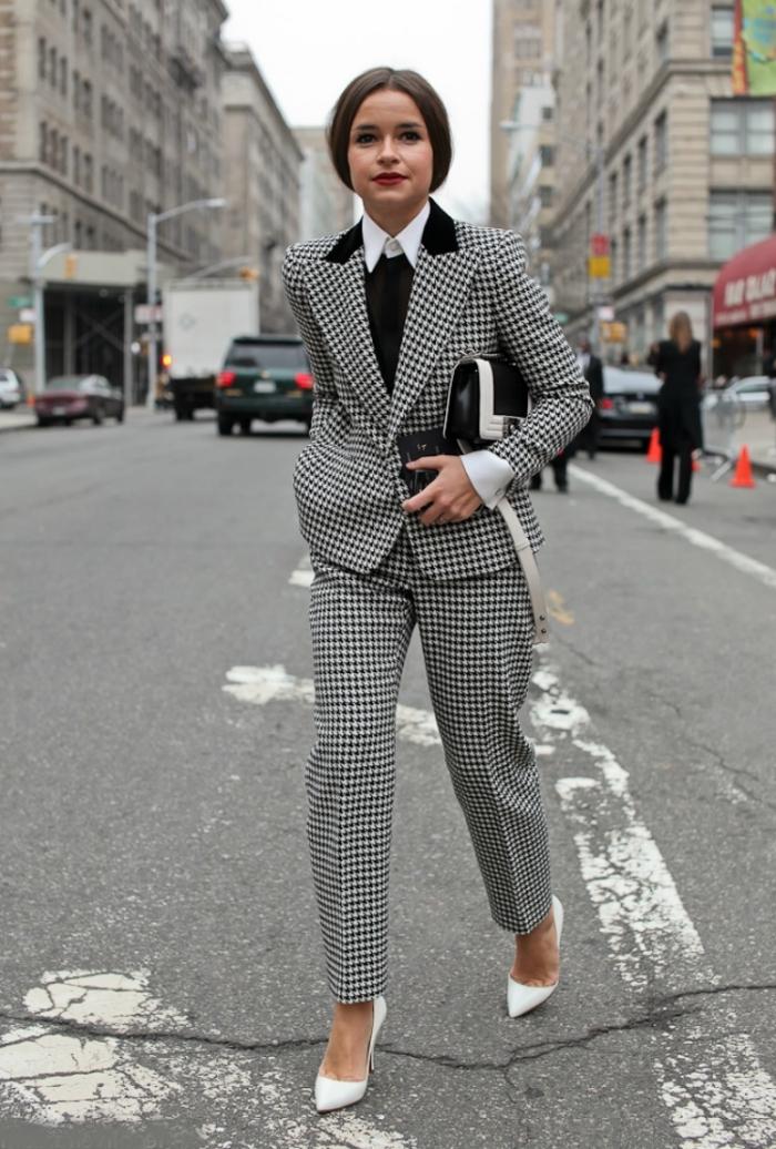 style vestimentaire femme au travail, idée tenue classe femme en tailleur pantalon et blazer à imprimé pied de poule