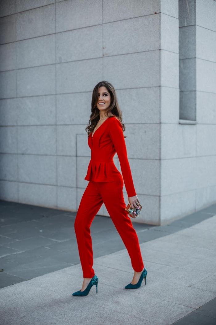 idée tailleur pantalon femme pour ceremonie, modèle de pantalon slim rouge avec blazer rouge à décolleté en v