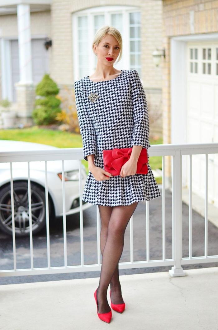 exemple de robe pied de poule aux manches longues en blanc et noir assortie avec accessoires chaussures et pochette rouges