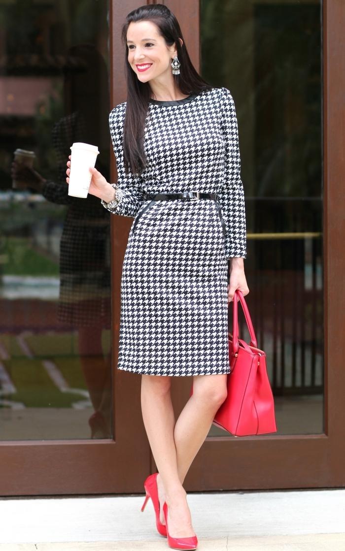 motif pied de poule tendance, modèle de robe stylée en blanc et noir à tissu pied de poule avec accessoires rouges