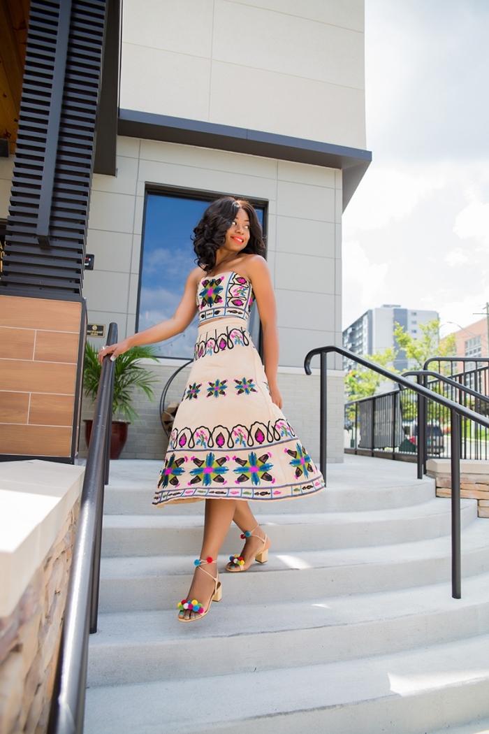 modèle de robe d'été longueur genoux de couleur nude aux motifs géométriques colorés, idée sandales pompons DIY