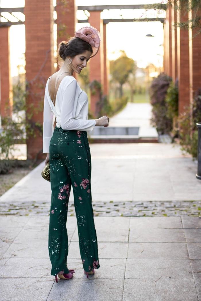 tenue habillée pour mariage, modèle de pantalon vert combiné avec blouse blanche à dos nu, idée accessoire cheveux pour mariage
