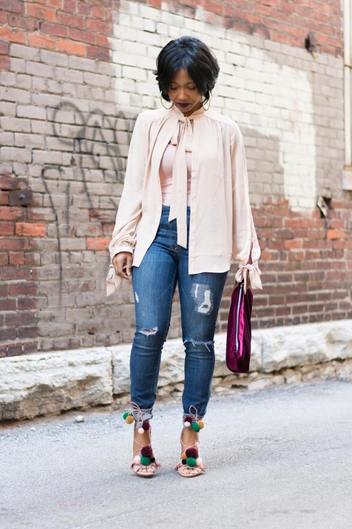 look stylé en jeans déchirés combinés avec chemise rose pastel et sandales DIY pompons, coupe de cheveux courte femme