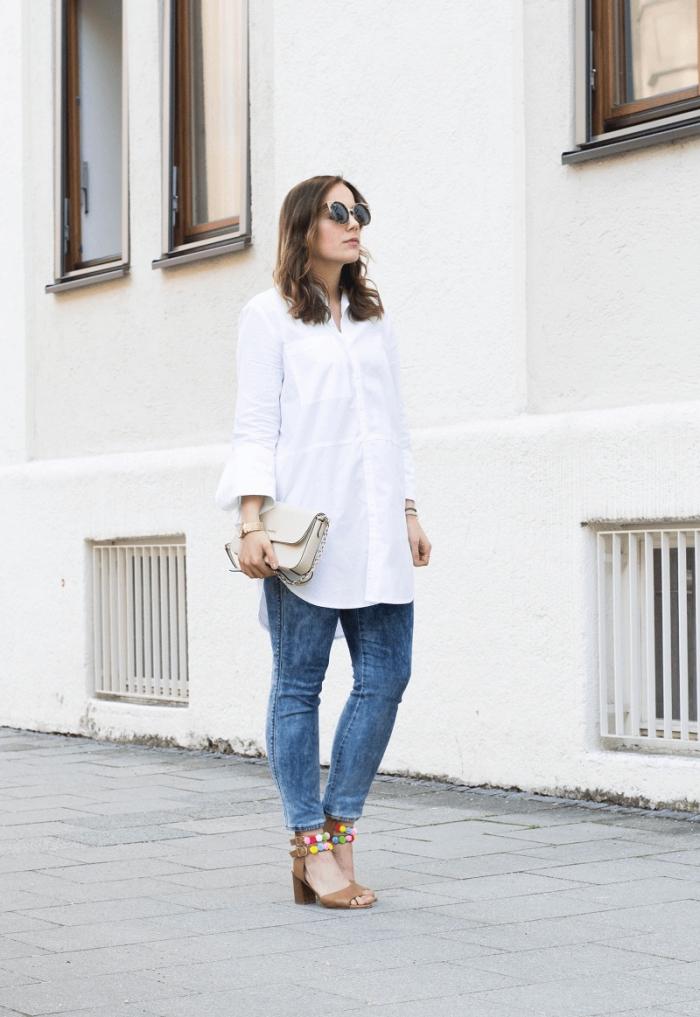 idée tenue femme en chemise tunique blanche avec jeans et sandales à talons beige customisées avec pompons
