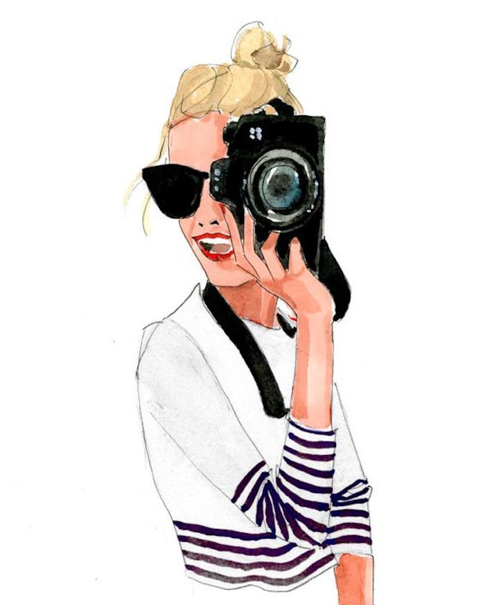 Fille blonde avec caméra dans les mains, lunettes de soleil ray ban, chignon haut, dessin à l'aquarelle de fille belle