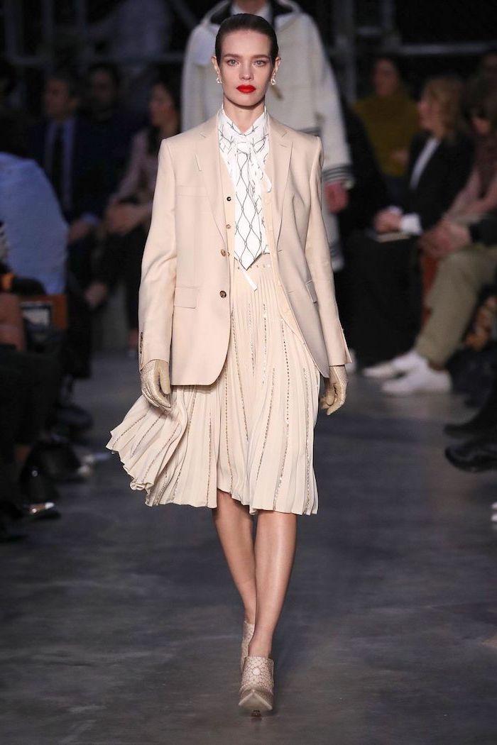 Femme tailleur jupe et veste rose pale, comment bien s'habiller, tenue chic femme à la mode pour l'automne