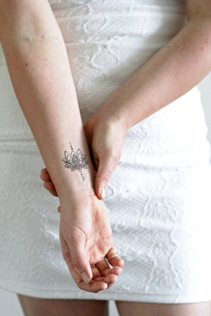Symbole lotus sacré, petit tatouage à grand signification, femme robe blanche courte, tatouage symbole, la meilleure idée de tatouage floral