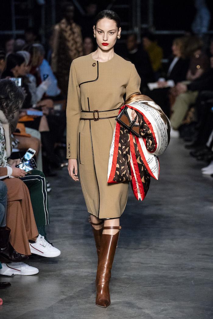 Beige robe look tenue de ville, les meilleures tendances 2019, mode femme chic, écharpe Burberry tenue cool