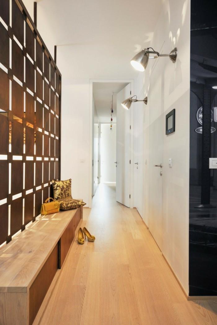 Banc en bois sur parquet, aménager un couloir très étroit, cosy couloir, utilisation d'espace