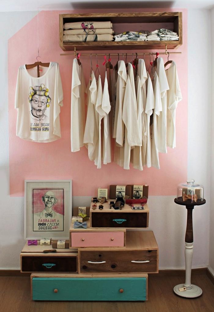 idée dressing ouvert avec de vieux tiroirs récupérés et une étagère bois avec tringle, coin dressing à aménager soi même