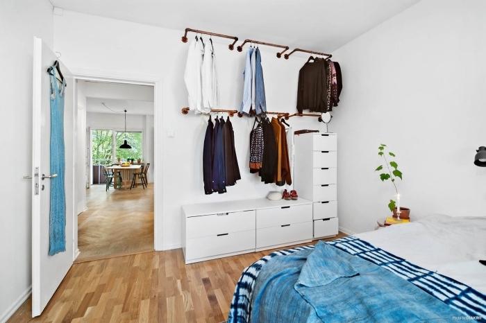 aménager un dressing dans une chambre à coucher avec des barres de penderie murales et des modules de rangement