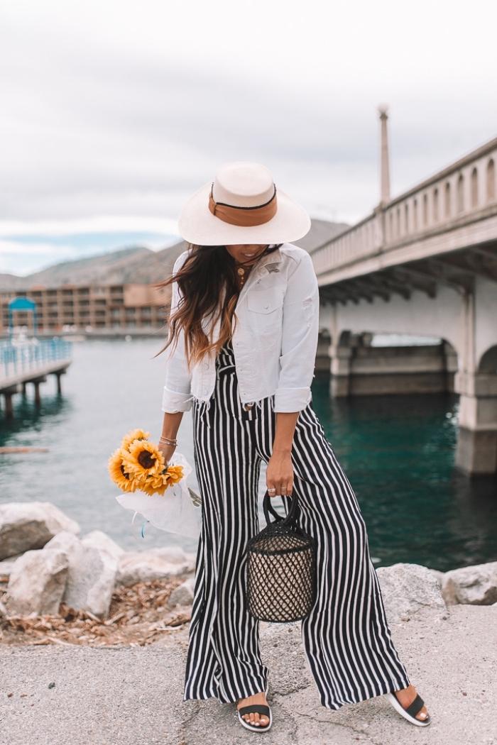 idée tenue pour assister à un mariage, modèle de combinaison motifs rayés en blanc et noir avec capeline blanche