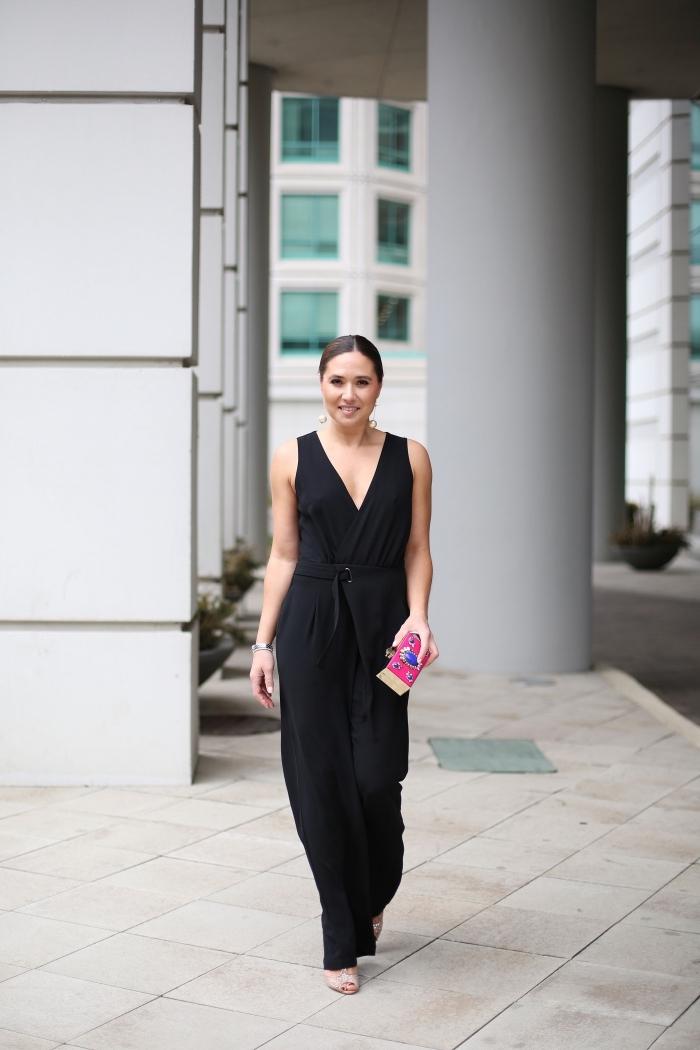 tailleur pantalon femme chic pour mariage, modèle de combinaison aux jambes larges noire avec sandales beige