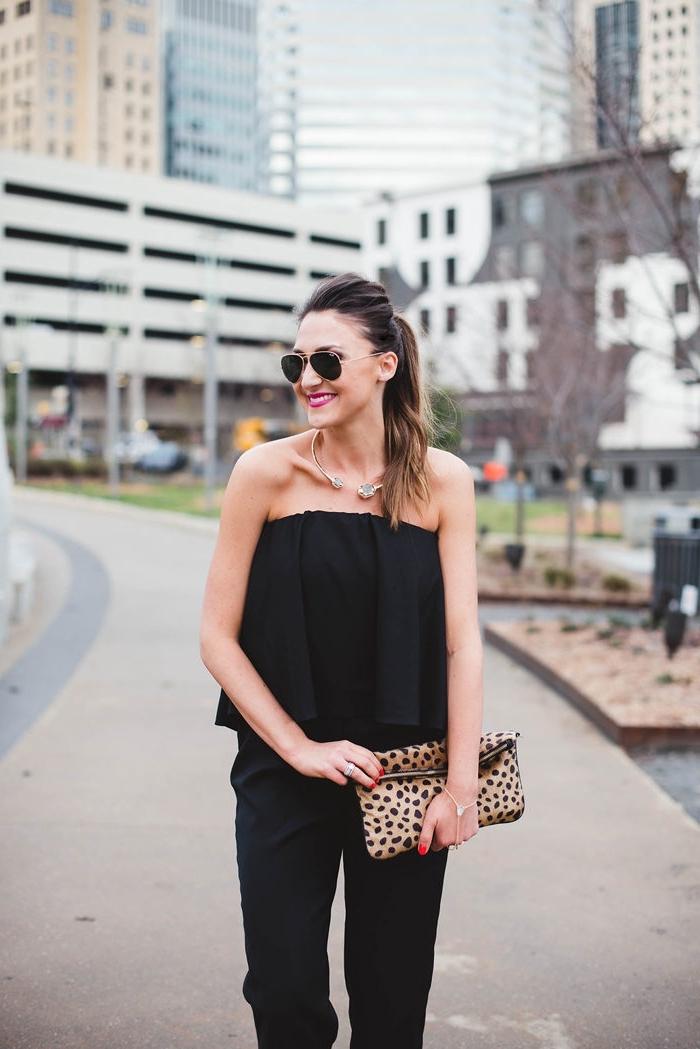 exemple de tenue de soirée femme, modèle de combinaison bustier en noir combiné avec pochette motifs animaliers