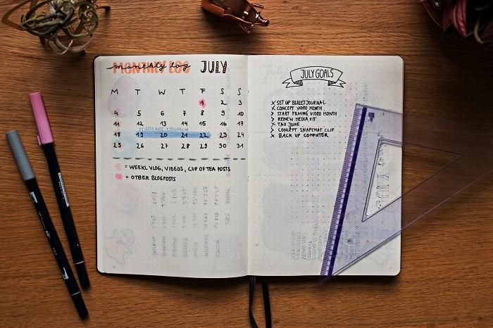 idée bullet journal avec une double-page consacrée au planning mensuel et aux tâches à accomplir
