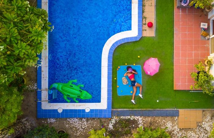 idée jardin avec piscine et pelouse, décoration autour de la piscine avec meubles tressés et plantes vertes extérieures