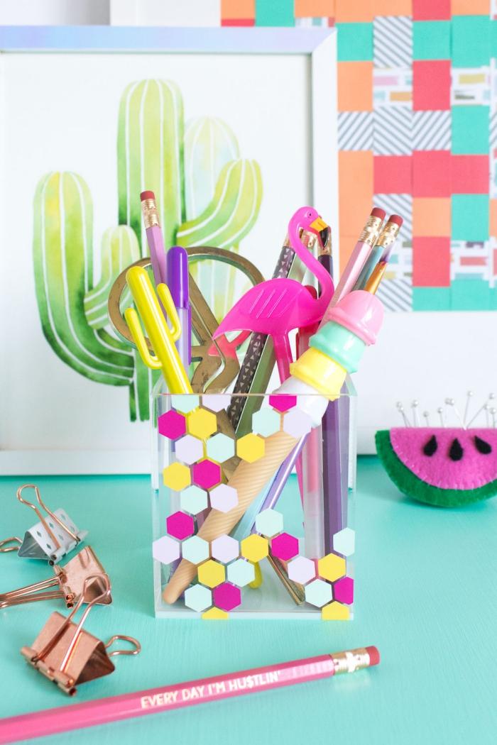 aménagement bureau étudiant avec objets fait main, exemple de pot crayon en verre décoré avec stickers géométriques