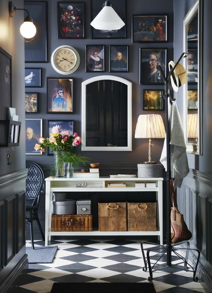 Bleu canard sombre dans un entree avec couloir pour aller à la salle d'eau, vase avec fleurs, comment élargir un couloir long et étroit, petit espace à décorer