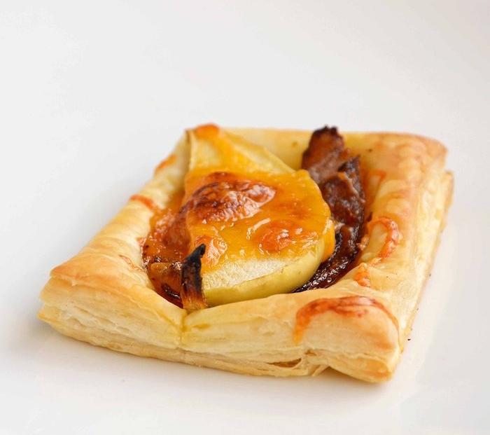 carré pate feuilletée aux oignons caramélisées et poire, exemple apéro sucré-salé mélange original
