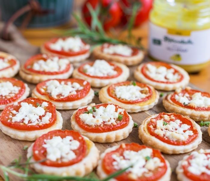 exemple toast apéro, mini rondins feuilletés avec tranche de tomate et feta, garnis d herbes fraiches