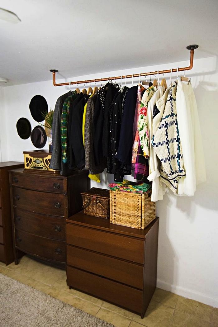 comment créer son dressing ouvert dans la chambre à coucher, une barre de penderie fixée au plafond