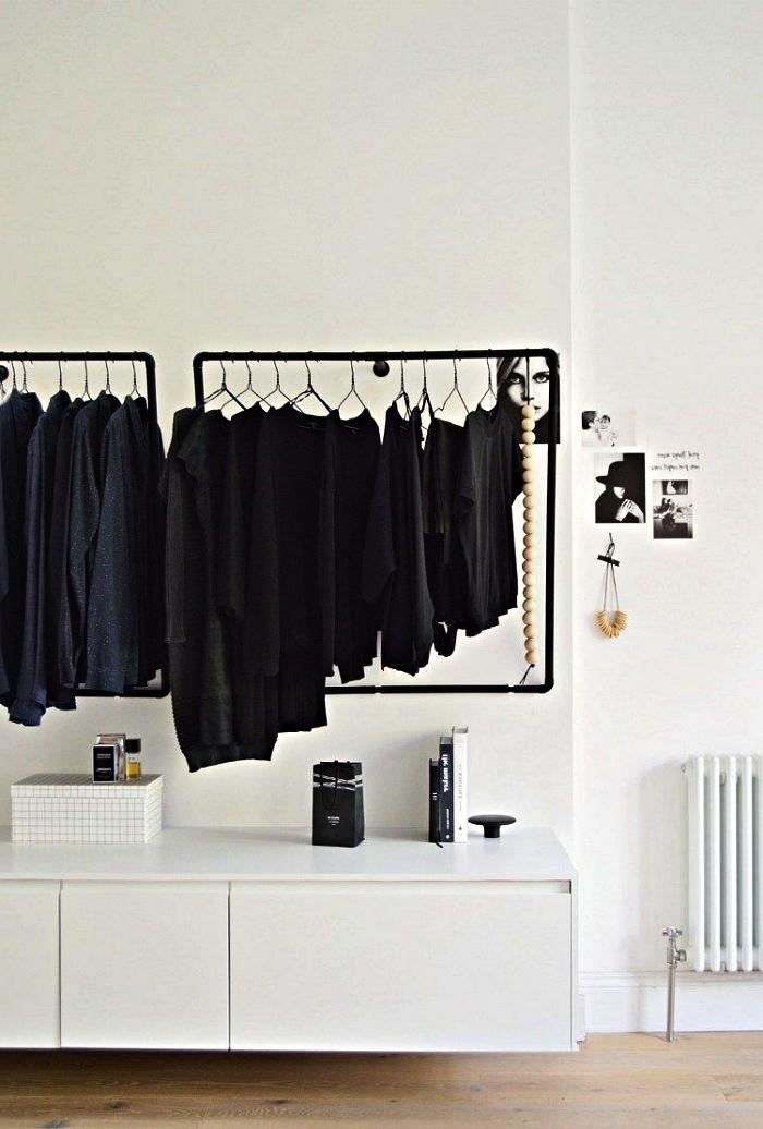 comment faire un dressing minimaliste dans sa chambre, espace dressing dans une chambre à coucher noire et blanche avec penderie minimaliste et placard blanc