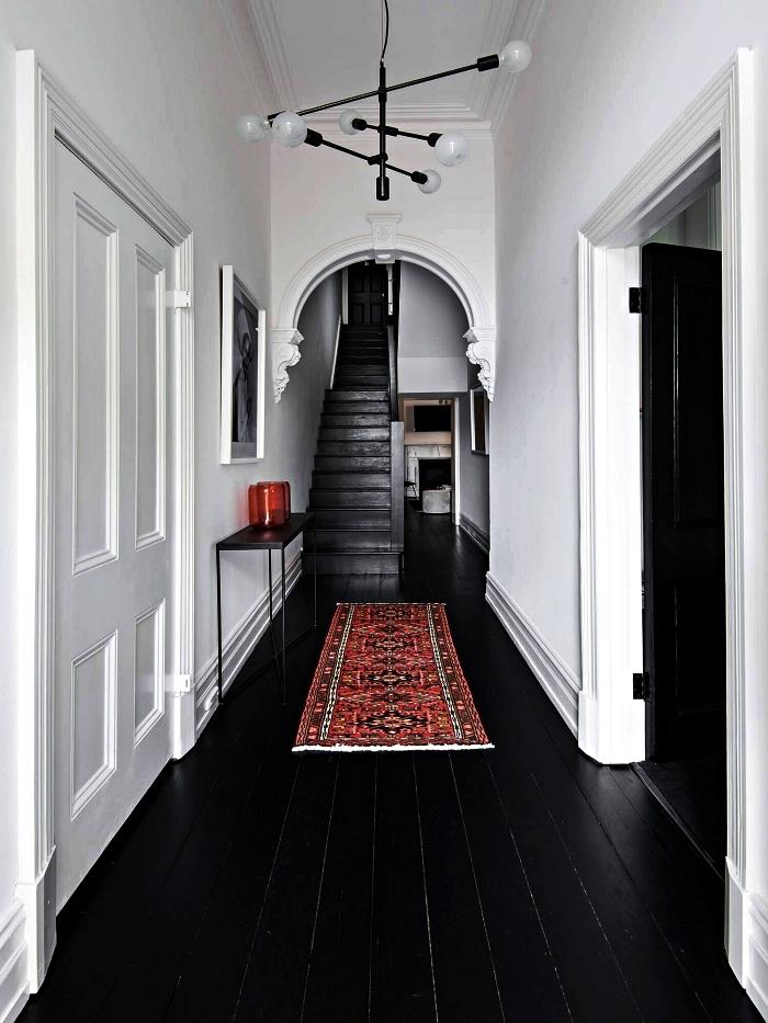 quelle couleur peindre un couloir avec beaucoup de portes, couloir d'entrée aux blancs et au sol en parquet noir