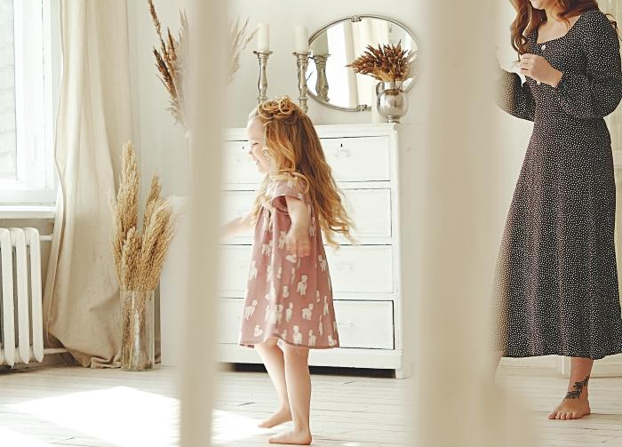 petite fille dans sa nouvelle chambre d'enfant aménagée de style minimaliste, conseils déménagement avec enfant