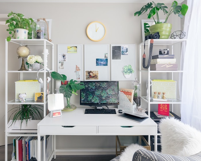 Bureau à domicile fille, conseils pour décorer votre maison freelance, bureau blanc et étagères de rangement, plantes vertes