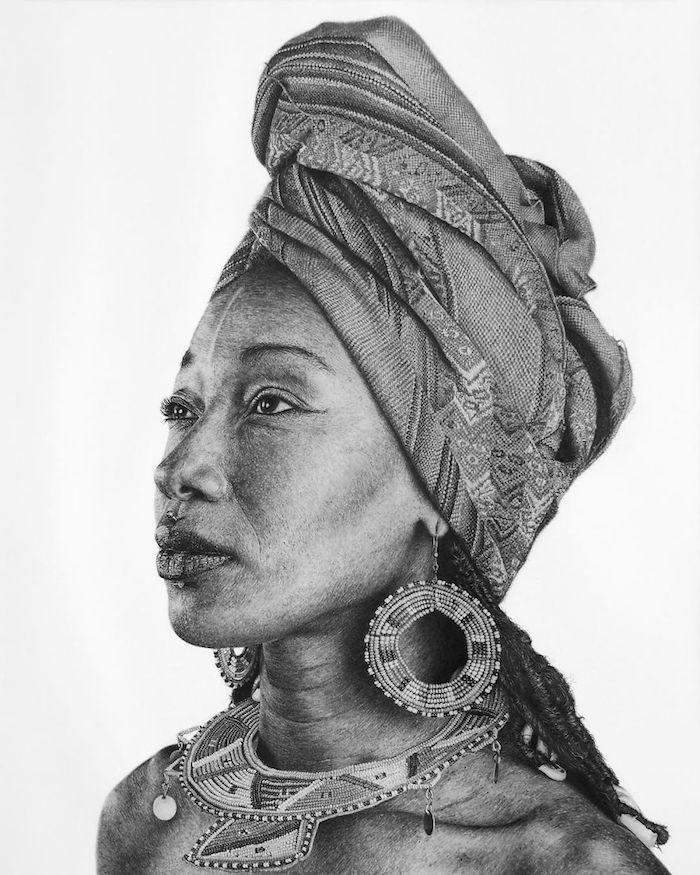 Magnifique dessin photo réaliste de femme, portrait réaliste avec toutes les petits détails, incroyable dessin noir et blanc de femme regard reveux bijoux ethniques
