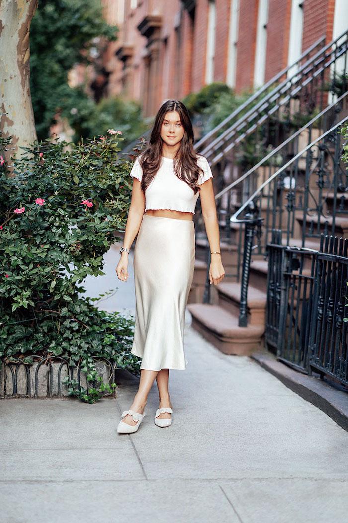 Tenue pour se ressemble de l'été, jupe satin et top court tenue blanc, tendances automne hiver 2019 2020, mode hiver 2019 2020