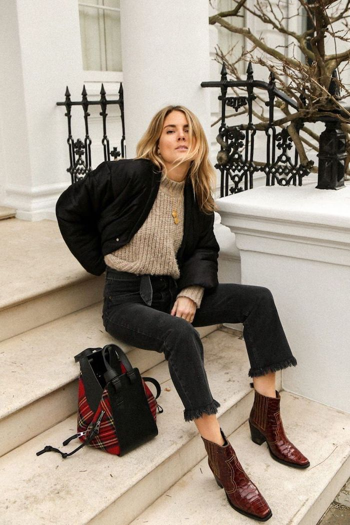 Jean noir et pull beige grande taille, tendance automne hiver 2019 2020, look casual, bottines marron carré pointe