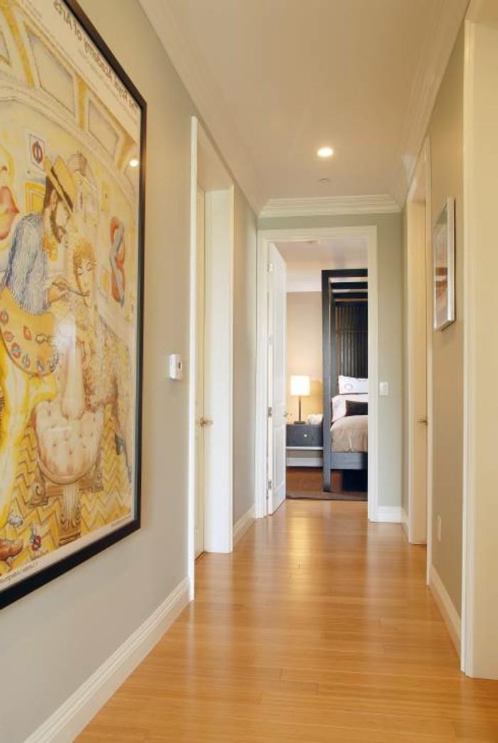 Stylé couloir à couleurs claires pour plus de lumière, plafond suspendu et lampes led, peinture grande, optimiser un couloir étroit, décorer un couloir très étroit