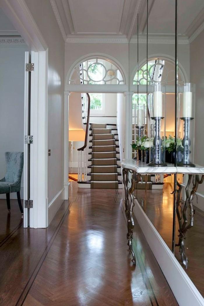 Miroirs grands pour optimiser un couloir étroit, décorer un couloir très étroit, escalier dans une maison luxueuse