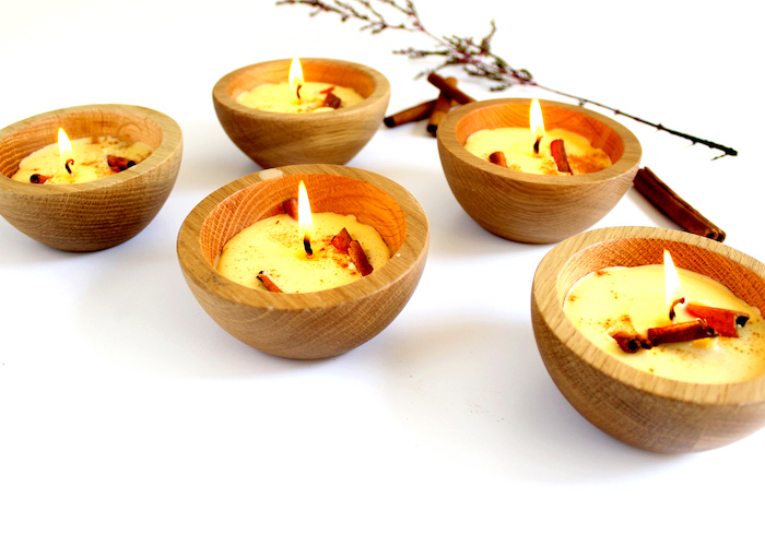 comment fabriquer des bougies, bougies de cire dans petites coupelles de bois avec des batons de cannelle a l interieur
