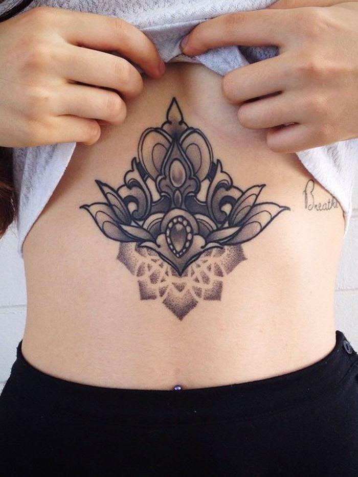 Tatouage sous poitrine, dessin de fleur original graphique, tatouage fleur de lotus femme beauté