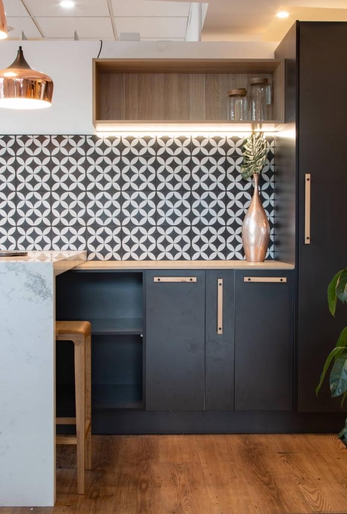 exemple de cuisine bois moderne avec meubles noir mate, décoration petite cuisine avec accents à finition rose gold