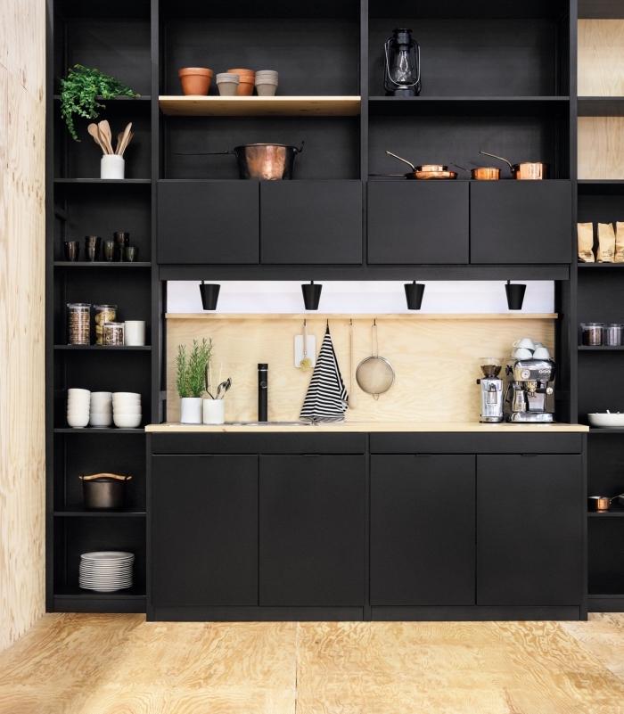 idée aménagement petite cuisine avec rangement mural en vertical et horizontal, modèle de cuisine bois moderne avec meubles noir mat
