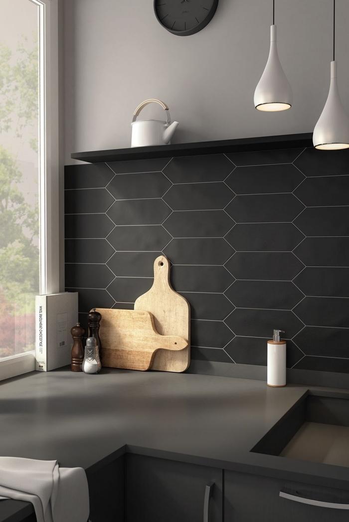 idée couleur mur cuisine en gris clair, aménagement cuisine en l avec plan de travail gris anthracite et crédence noir mat