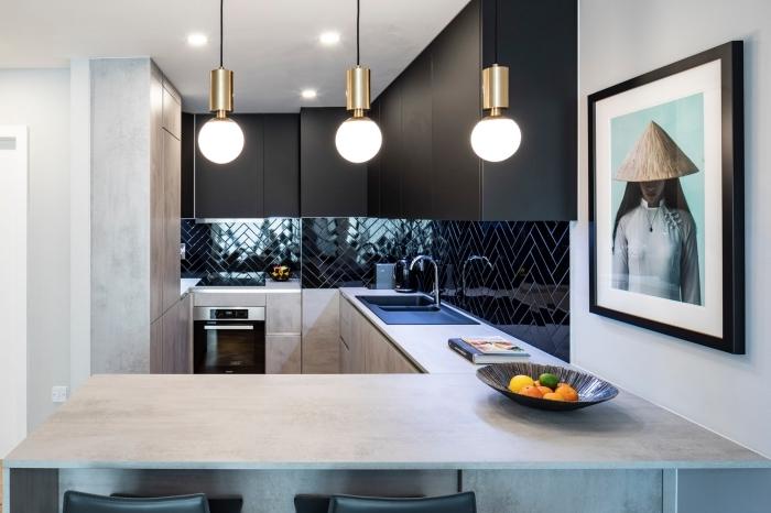 décoration petite cuisine moderne, design cuisine grise et blanche avec meubles haut en noir mat et accents inox