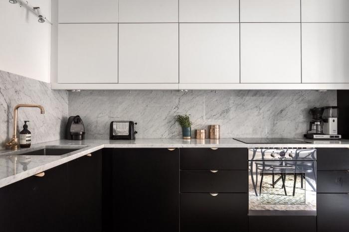 agencement cuisine en l de style moderne, décoration cuisine grise et blanche avec crédence et plan de travail marbre