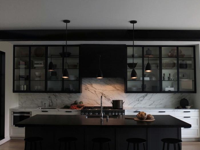 aménagement cuisine en longueur de style moderne, agencement cuisine linéaire avec îlot à plan de travail noir mat