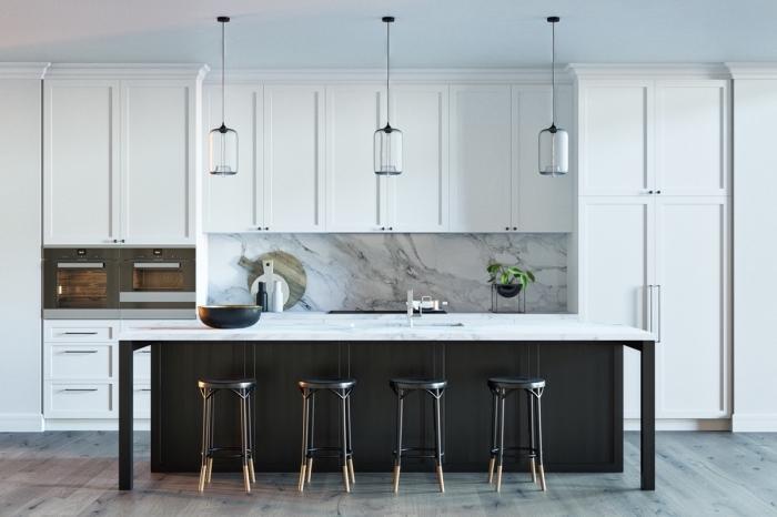 agencement cuisine en longueur avec îlot, décoration cuisine blanche et noire avec crédence marbre blanc